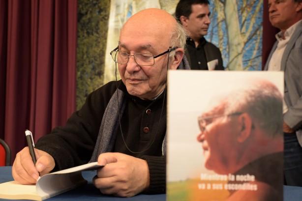 Valentín Arteaga firma un ejemplar de su libro